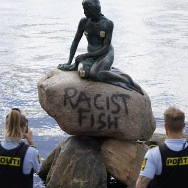 """Pintaron a La Sirenita de Copenhague, en la piedra en la que descansa la estatua puede leerse: """"pez racista"""""""