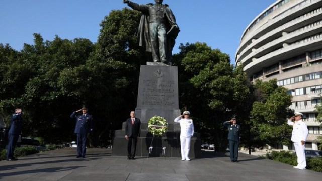 Así llegó la estatua de Benito Juárez a Washington, AMLO rindió un pequeño homenaje al monumento
