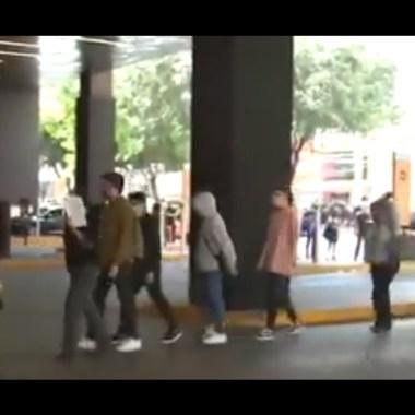 En redes sociales circulan videos de filas de personas esperando para ingresar a plazas comerciales, como Parque Delta, en la CDMX