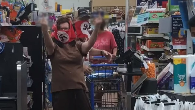 En un centro comercial de Minesota, Estados, Unidos, seguidores de Donald Trump usan banderas nazis para protestar por el uso de cubrebocas, Captura de Pantalla