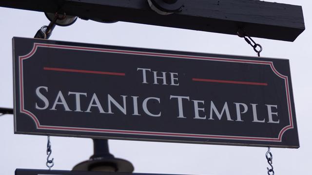 El estado de Misisipi quiere incluir a Dios en su bandera y el Templo Satánico demandaría al estado