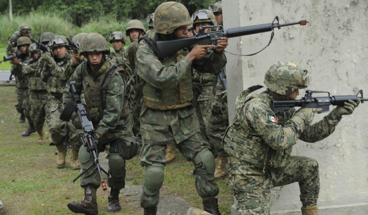Estudiantes del Heroico Colegio Militar practican combate a grupos armados