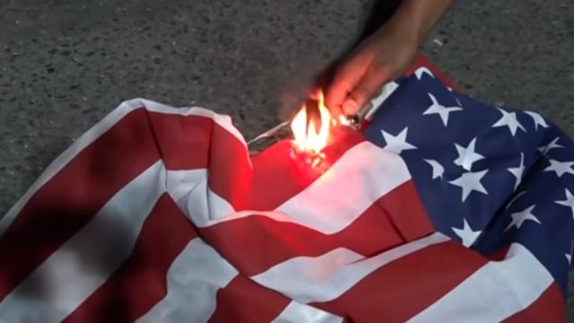 Las protestas en Portland, supuestamente encabezadas por Antifa, queman una bandera y una biblia en EE.UU., Captura De Pantalla