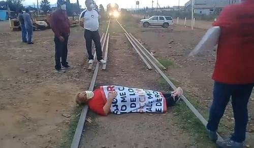 Mujer se acuesta en vías del tren: exige solución a huelga en Cananea