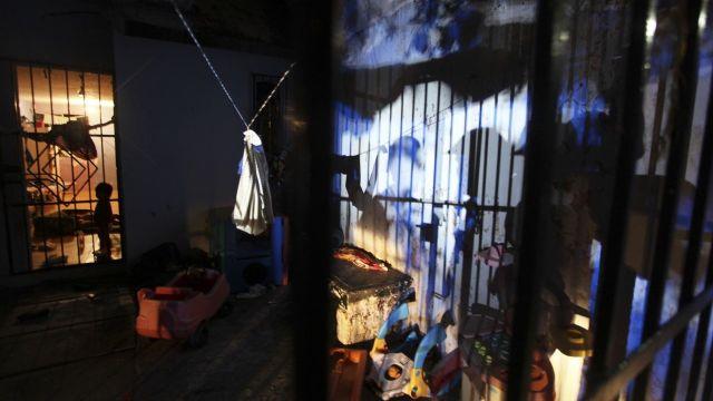 Morelos: policía libera adolescente encadenada por su madre