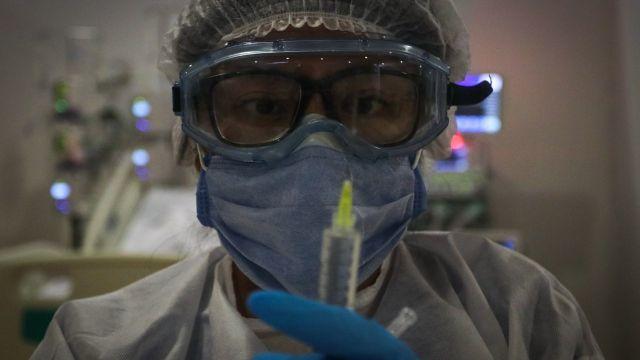 Voluntaria de vacuna de AstraZeneca desarrolla efecto adverso