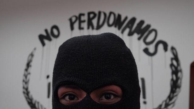 Feministas exigen renuncia de Rosario Piedra; exhiben cortes finos en la CNDH