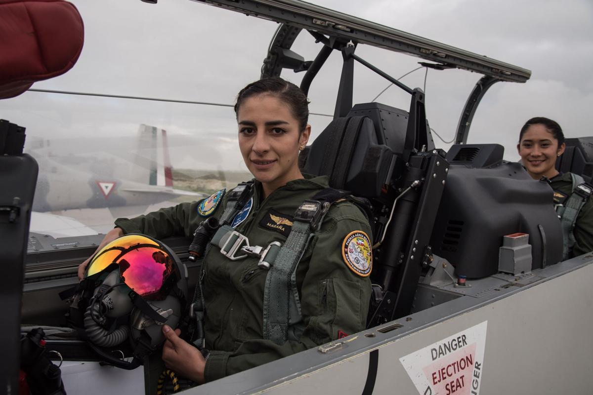 Las dos pilotos conformaron la primera tripulación femenina en un avión durante el desfile militar del 16 de septiembre