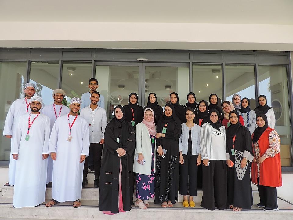 Oman prohibe enseñar hombros y rodillas: amerita multa y prisión