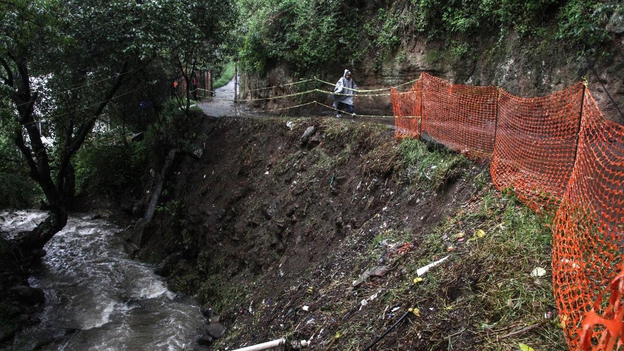 Deslave cerro daña tres viviendas Ecatepec