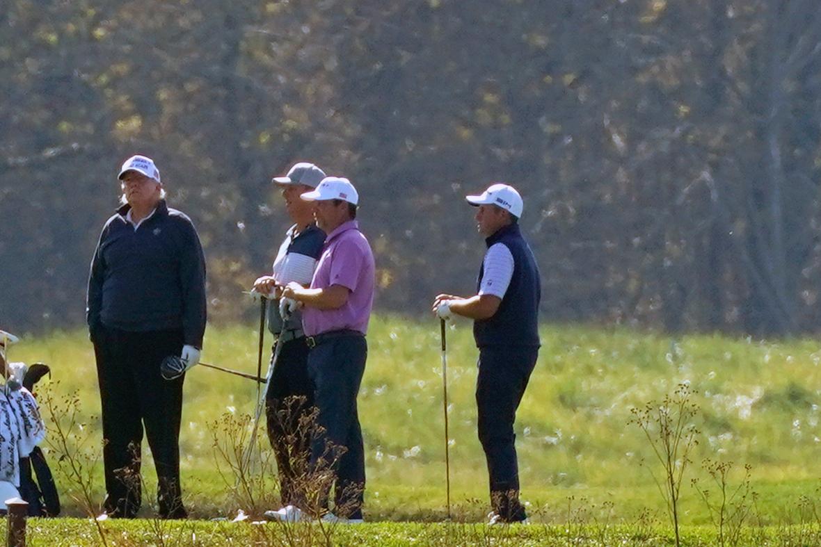 Trump pasa su domingo jugando golf; todavía no reconoce derrota