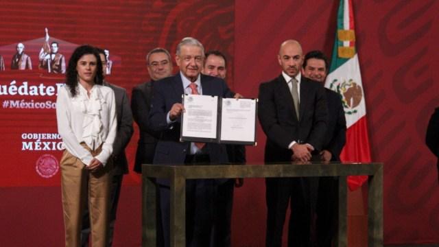 Se acabó el outsourcing, AMLO firma iniciativa para evitar defraudación fiscal