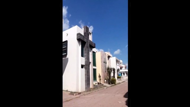 Un video muestra unas construcciones que parecen fraccionamiento pero en realidad es un cementerio de narcos, muy ostentoso y lujoso