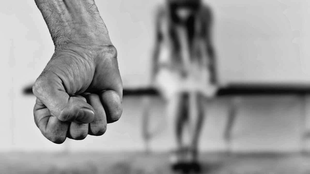 En España, un padre violó a su hija por años. Posteriormente fingió que había secuestrada y la grabó desnuda
