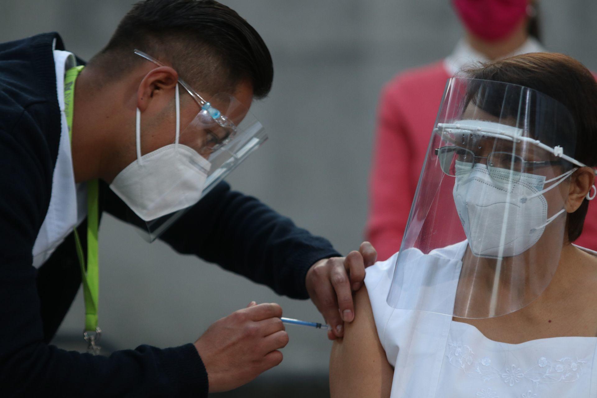 Aplican vacuna covid-19 México