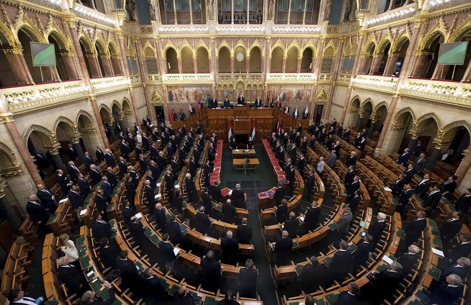 Hungría prohibe adopción homosexual 2