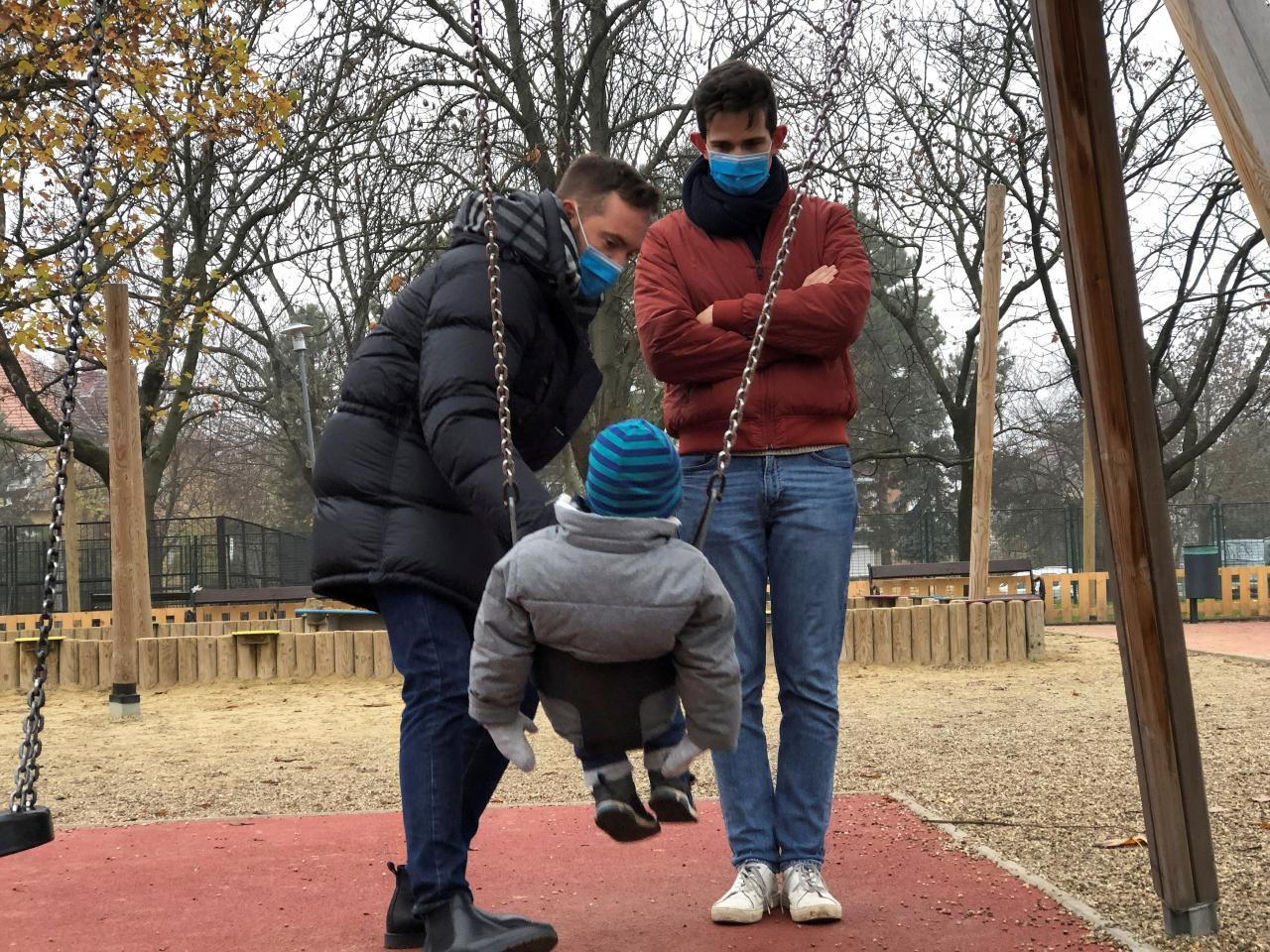 Hungría prohibe adopción homosexual