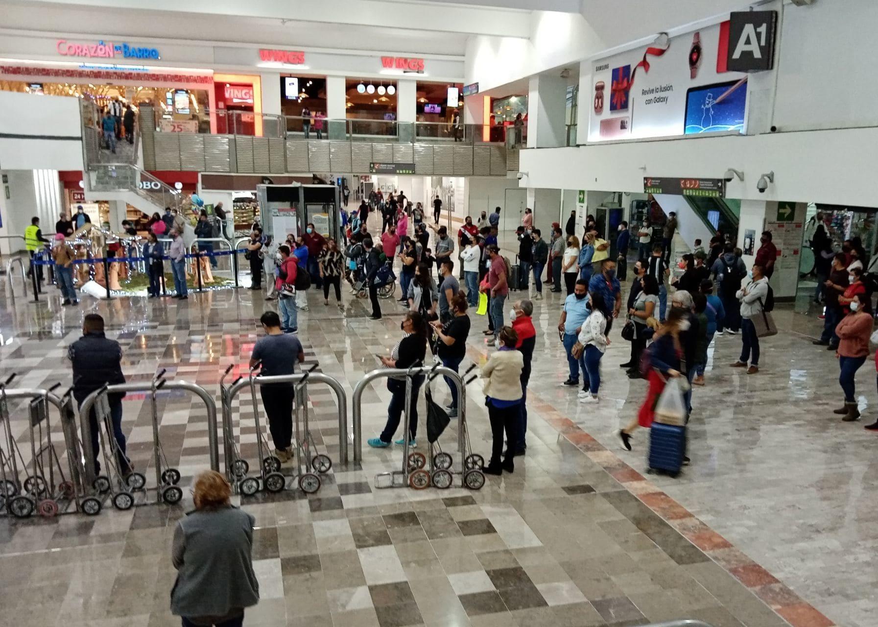 Aglomeración de personas en el Aeropuerto Internacional de la Ciudad de México