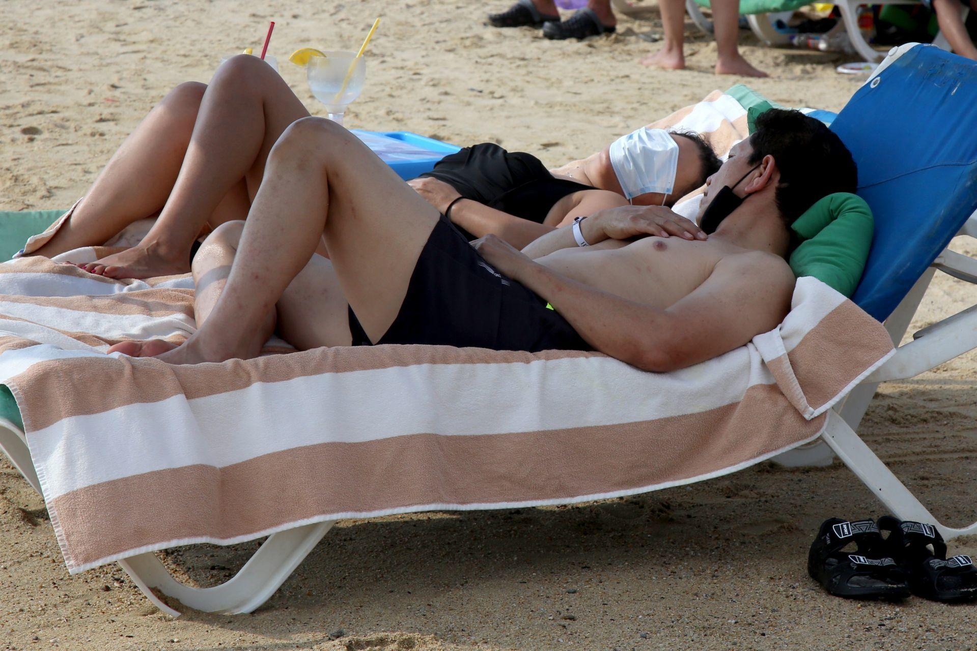 Turistas con cubrebocas en Acapulco