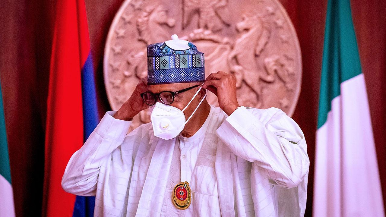 Muhammadu Buhari es el séptimo presidente de Nigeria usando cubrebocas