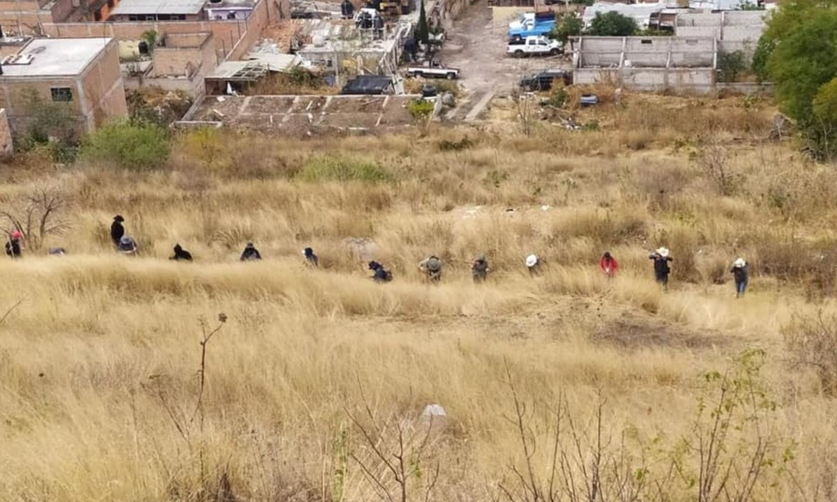 Colectivos de familiares de desaparecidos anunciaron el hallazgo de 35 bolsas con restos humanos en 14 fosas clandestinas que se encuentran en el Cerro del Toro en Acámbaro, Guanajuato