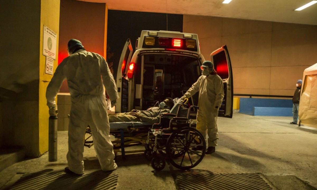 Con hospitales saturados por COVID-19 en Tijuana, ambulancias batallan por atender a gente