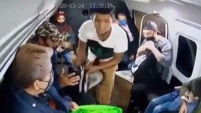 Un video registró el momento de un asalto a pasajeros de una combi en Ecatepec durante la tarde de Nochebuena