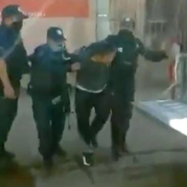 Policías de Oaxaca detienen a pobladores que no portan cubrebocas