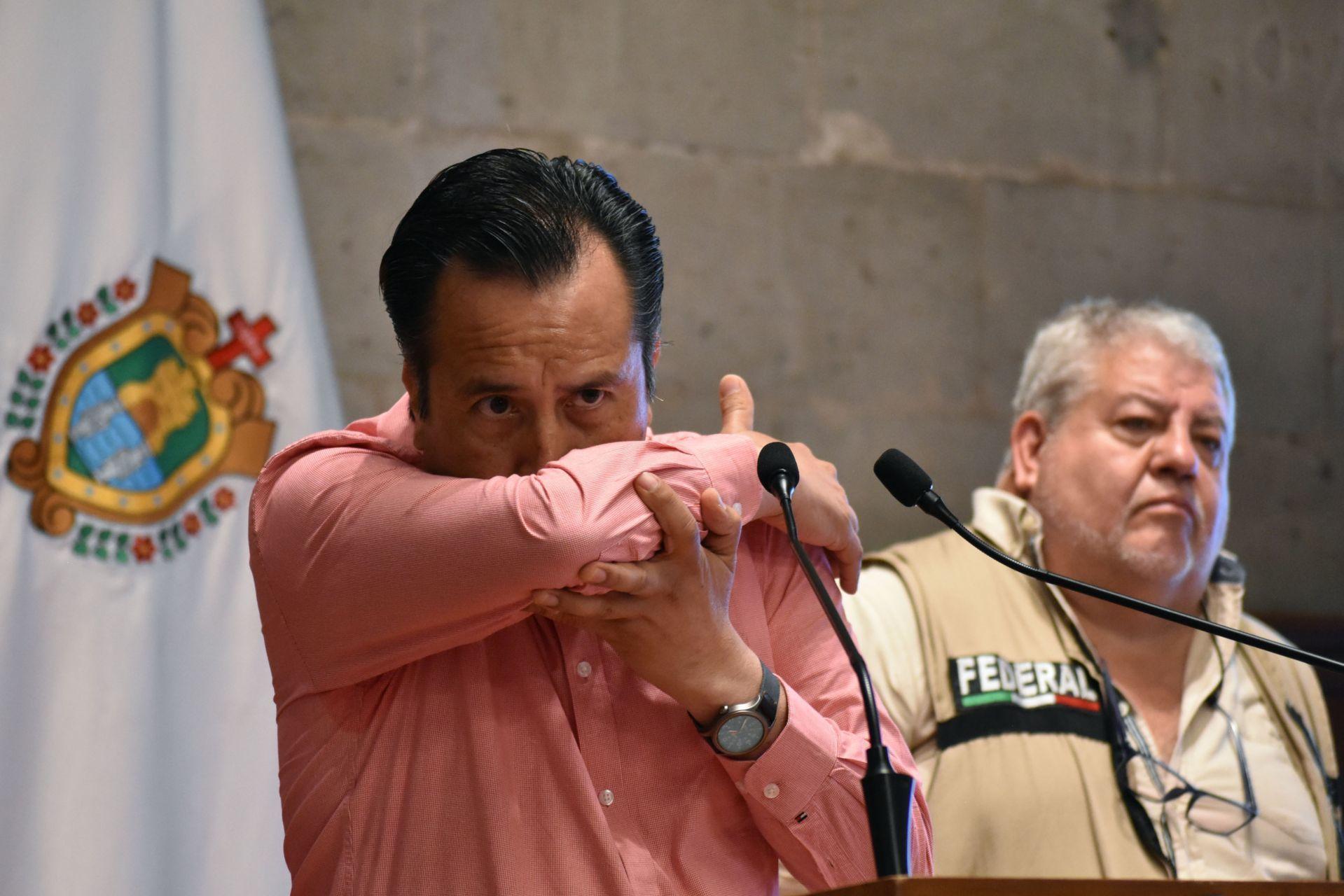 El gobernador de Veracruz, Cuitláhuac García, en una conferencia al inicio de la pandemia