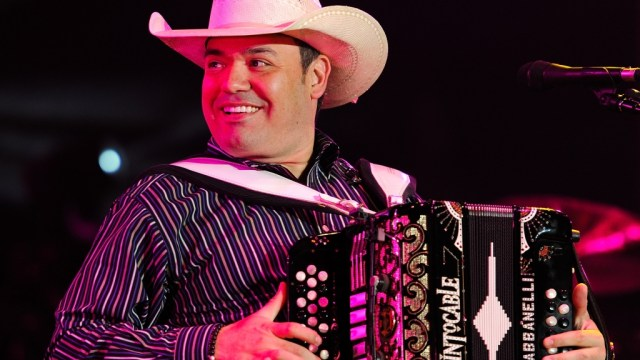 El vocalista del grupo Intocable, Ricardo Muñoz, presumió que tiene 'palancas' para conseguir una dosis de vacuna contra COVID-19.