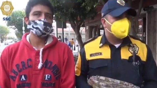 En la CDMX, un policía se encontró una mochila con 30 mil pesos en un baño; la devolvió a su dueño tras identificarlo