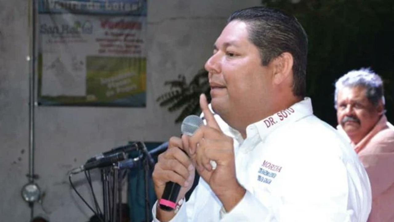 Alcalde en Sinaloa se vacuna contra COVID-19 y hace fiesta