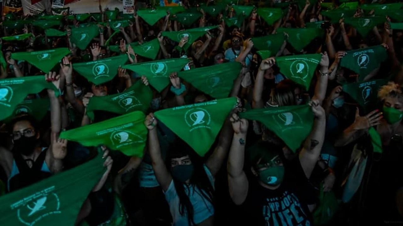 Mujer golpeada llevar pañuelo verde a favor del aborto Argentina