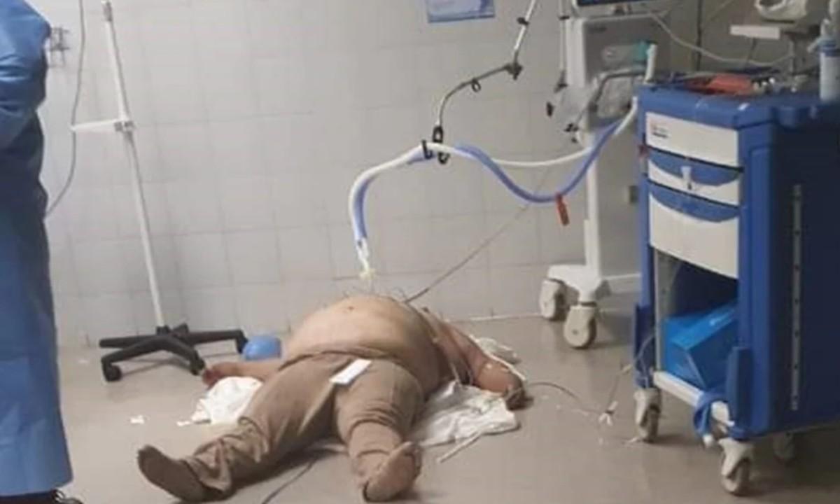La historia de la foto del hombre que atendieron en el suelo en un hospital