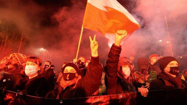 Protestas masivas en Polonia tras prohibición casi total del aborto