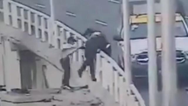 Policías de la CDMX evitaron que un hombre se aventara del distribuidor vial [Video]