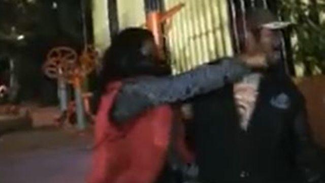 Mujer se defiende de acosador que intentó besarla.