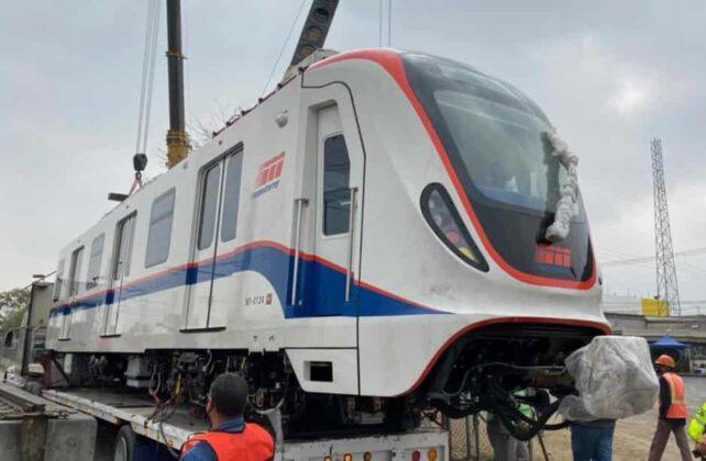 Poste cae sobre los nuevos vagones del Metro