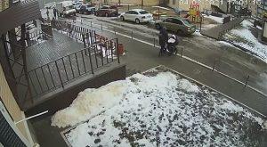 Mujer cruzaba la calle con su bebé en una carriola