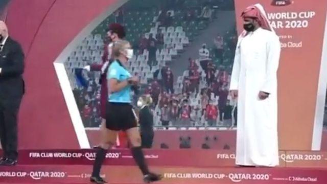 Jeque de Catar niega saludo mujer árbitro