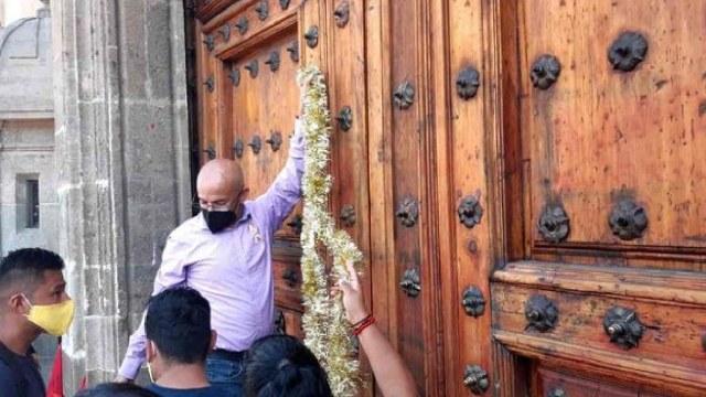 Padres de niños con cáncer colocaron un moño en la puerta de Palacio Nacional