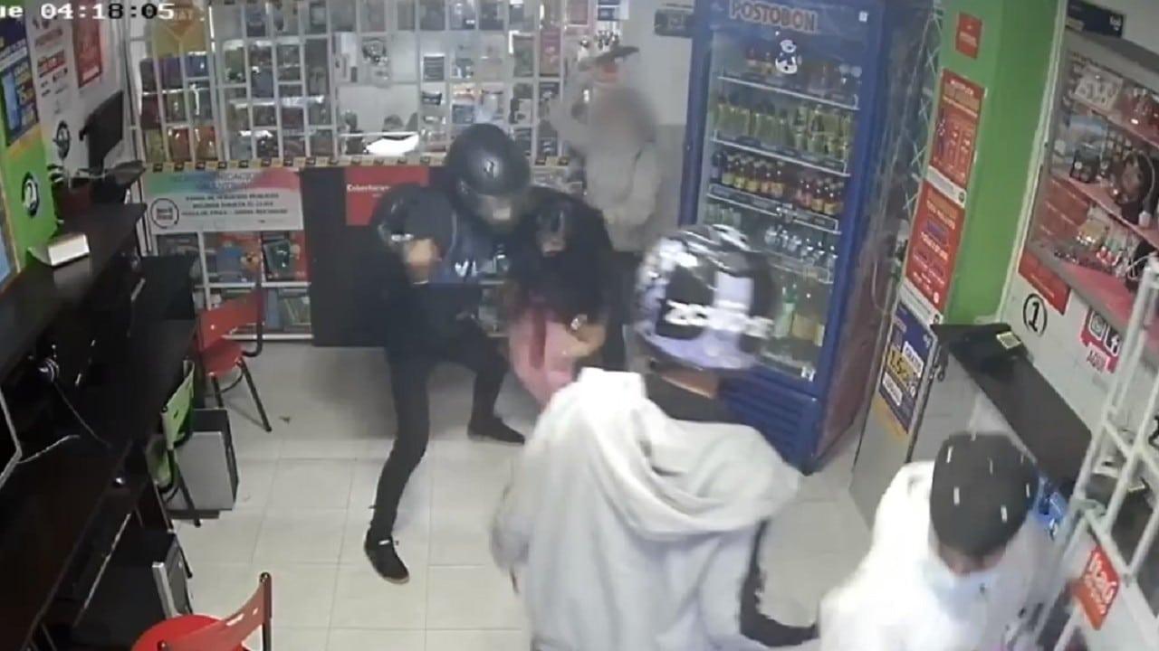 Video niña defiende mamá machetazos ladrones Colombia