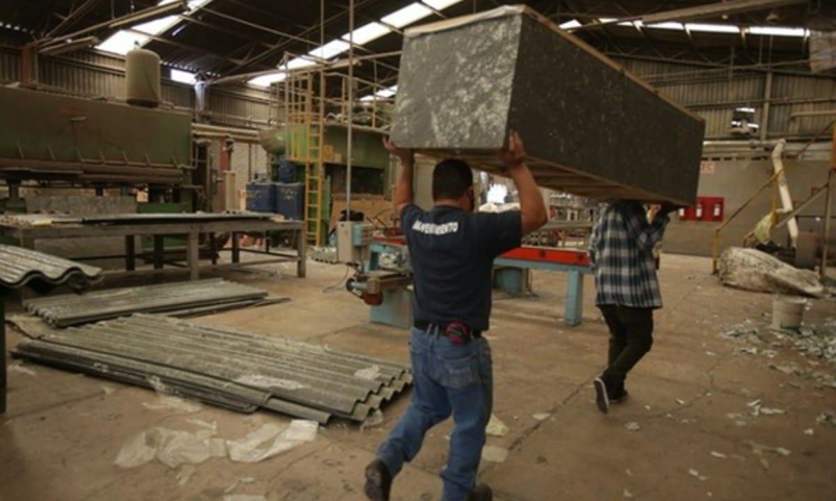 Por crisis económica, mexicanos crean ataúdes de Tetra Pak