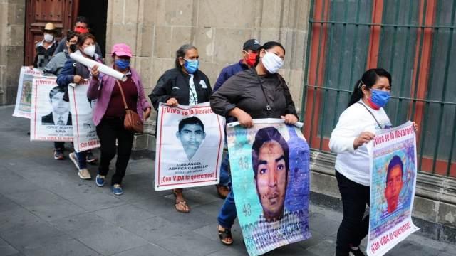 Padres de los desaparecidos en Ayotzinapa ofrecen recompensa por información