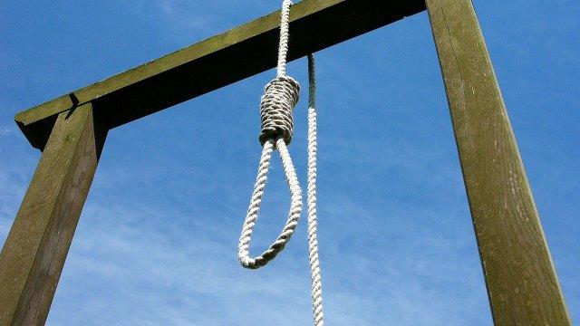 Zahra Esmaili fue condenada por matar a su esposo en defensa propia en Irán. la mujer estaba muerta de ser ejecutada; aún así la cuelgan