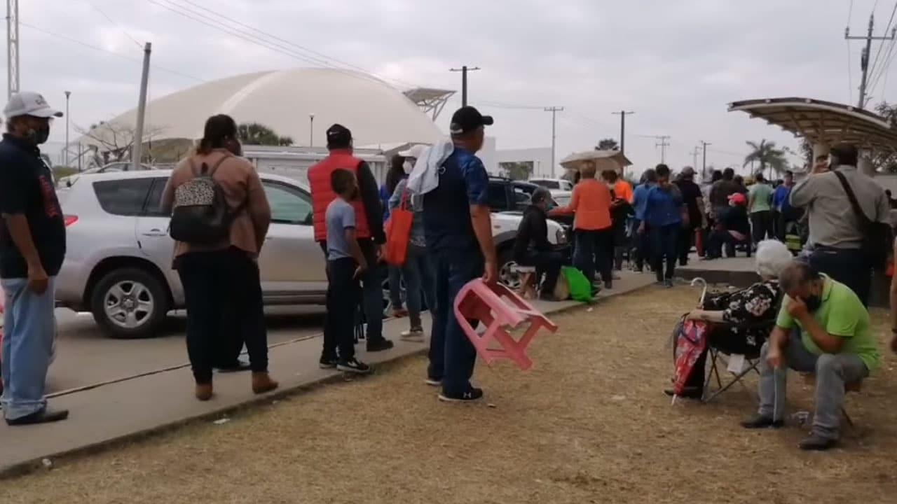 En Altamira, Tamaulipas, los jóvenes se ofrecen a hacer fila por hasta 500 pesos para la vacuna contra COVID-19
