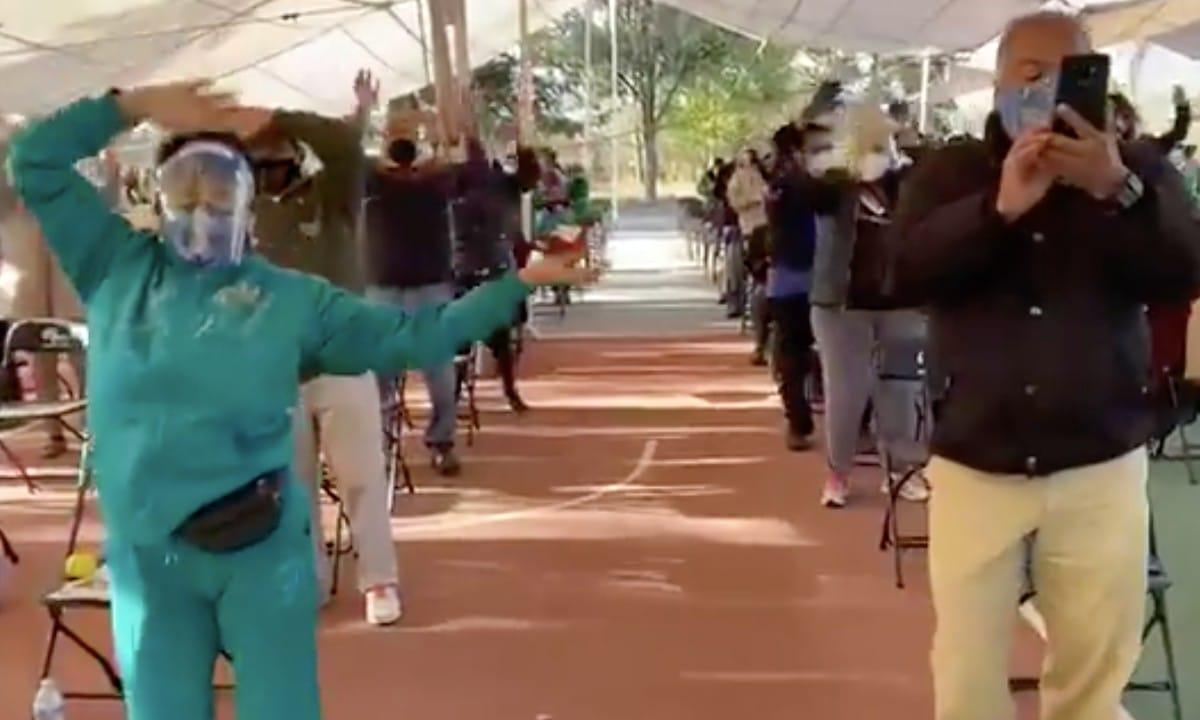 Ponte Pila pone a bailar a adultos mayores que esperan por la vacuna Covid-19