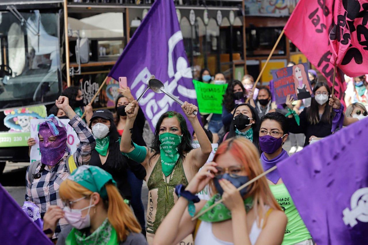 El color morado arropa la lucha feminista a nivel internacional, asimismo, el verde enmarca la lucha por el aborto