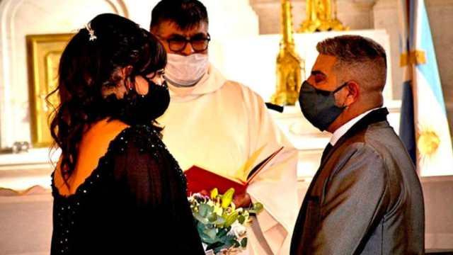 Mujer transgénero se casa en la iglesia, sacerdote es criticado por el obispado