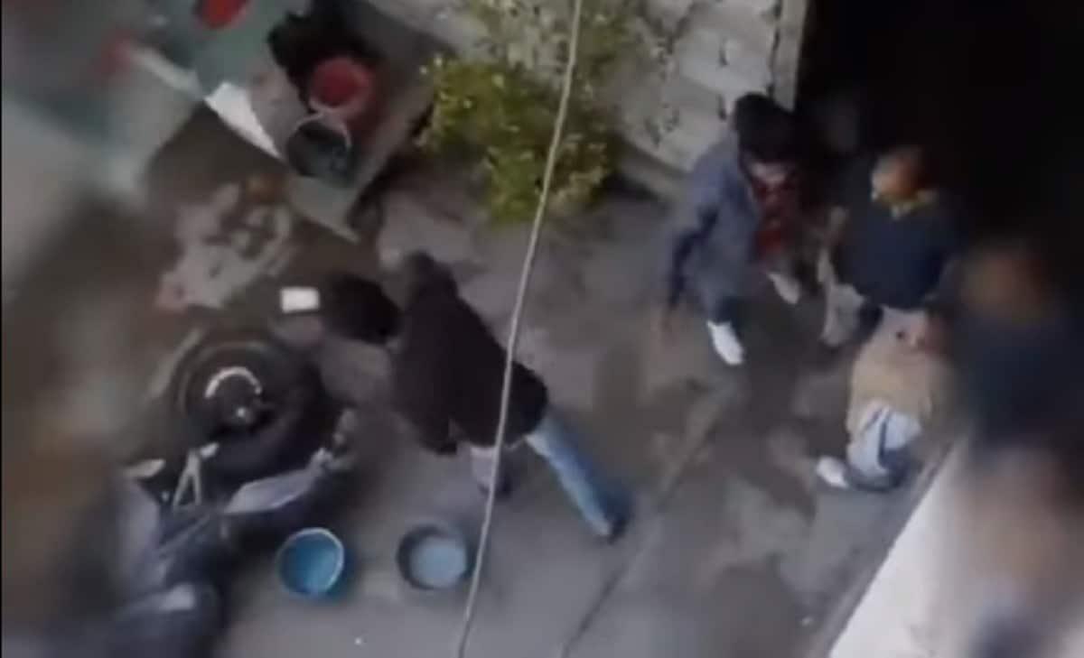 Video sujeto avienta garrafón mamá